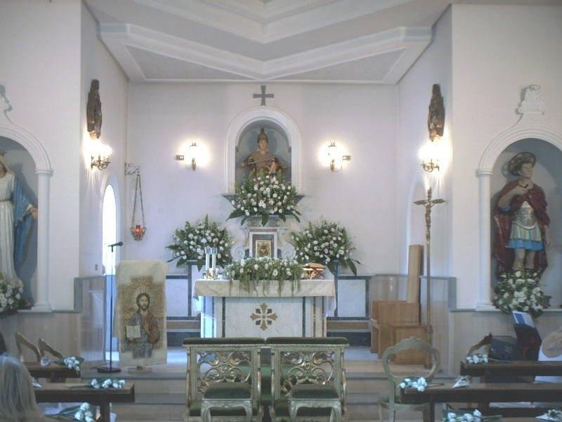 Chiesa con fiori e addobbi per matrimonio