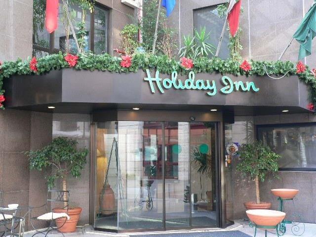 Facciata Holiday Inn con addobbi natalizi