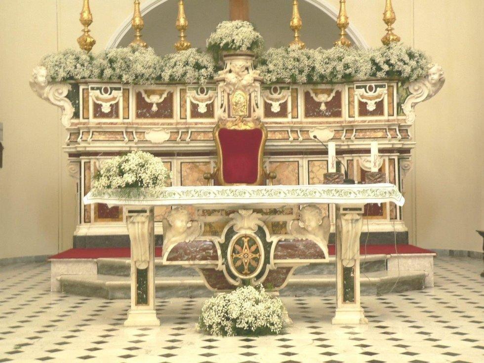 Altare adornato di fiori per cerimonia nuziale