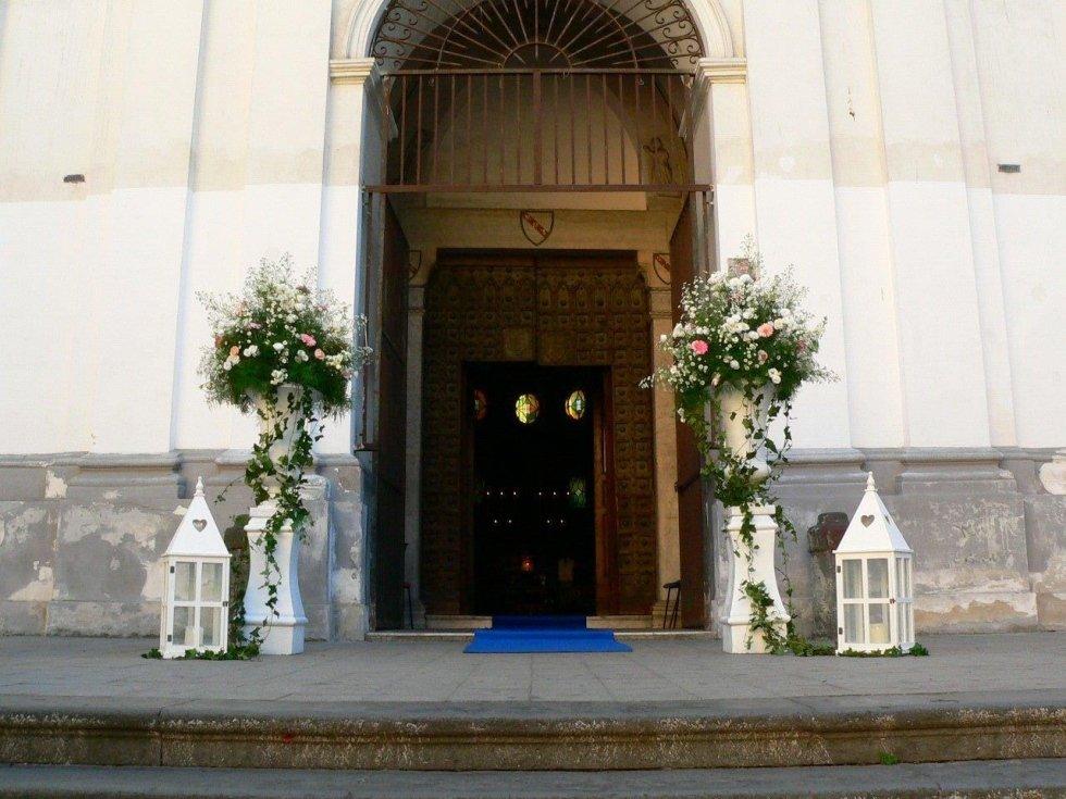 Chiesa con addobbo floreale esclusivo per matrimonio