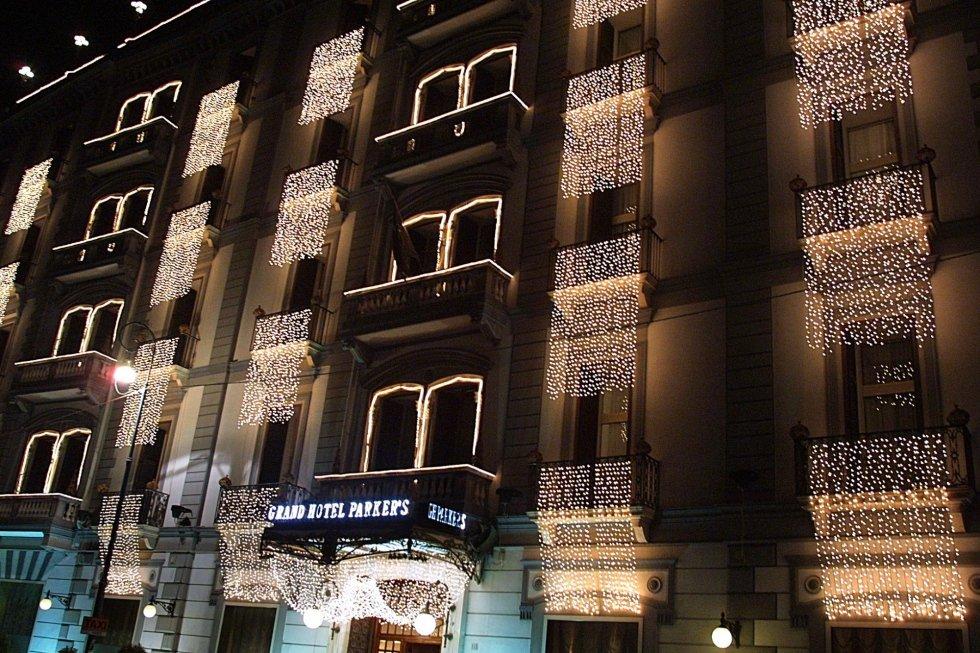 Facciata esterna Hotel Parker rivestita con luminarie