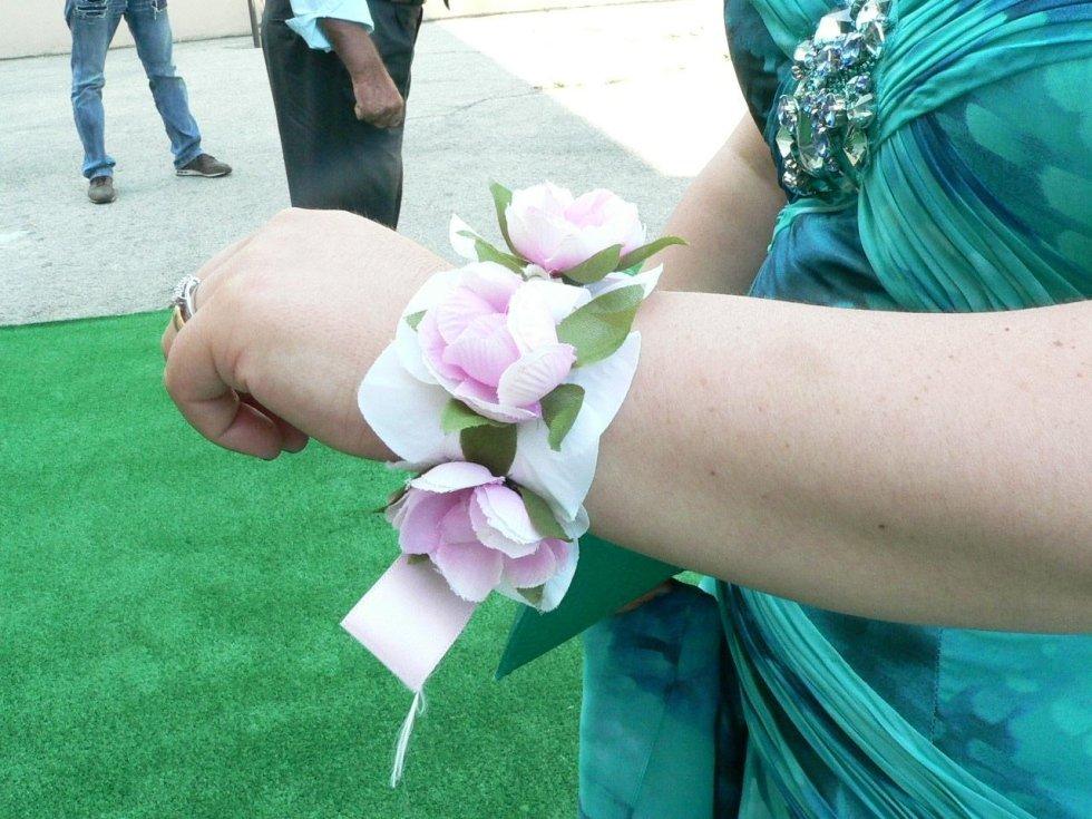 Braccialetti con fiori artificiali