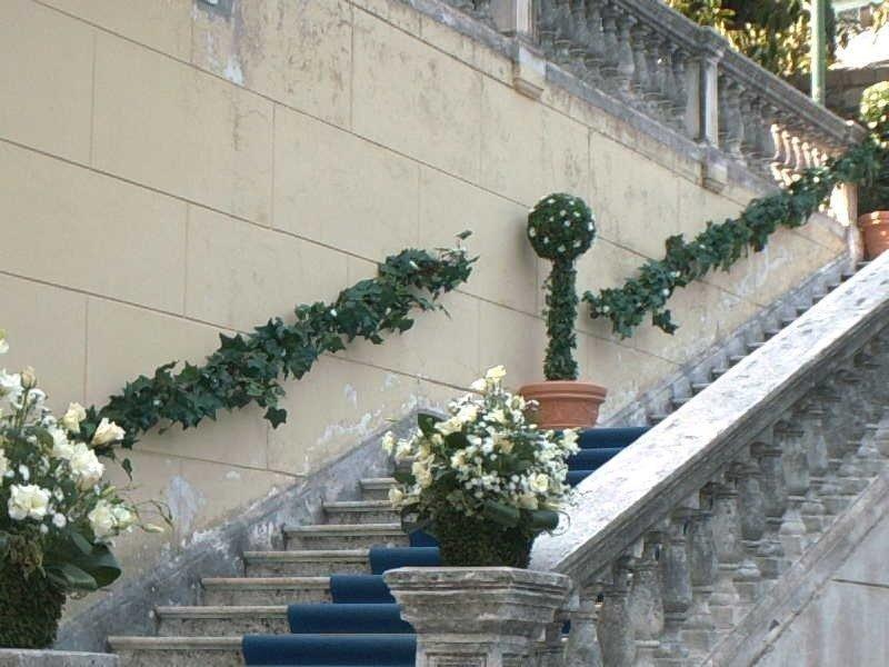 Scala adornata di fiori per matrimonio