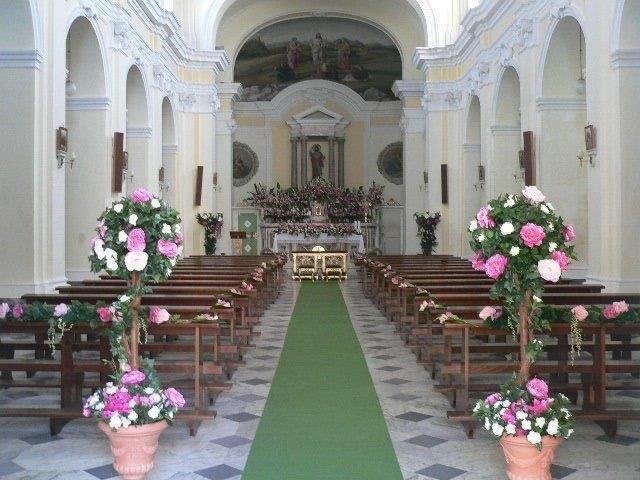 Chiesa con addobbi floreali per matrimoni