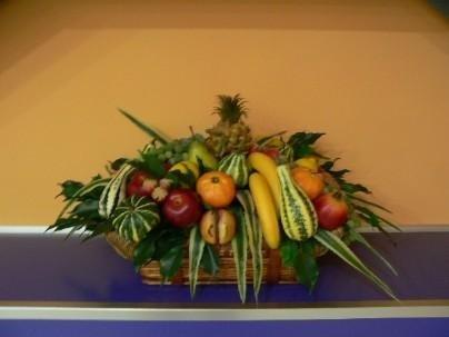 Cesto con frutta artificiale