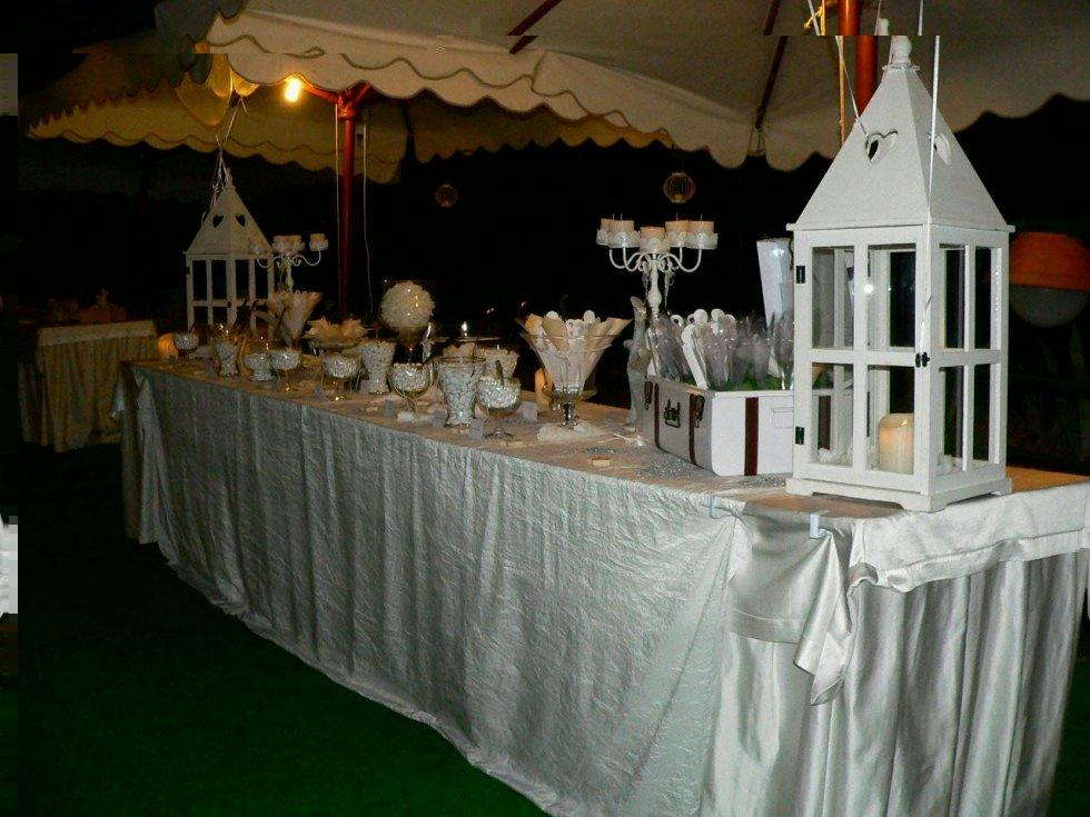 Buffet imbadito e decorato con confetti per matrimonio