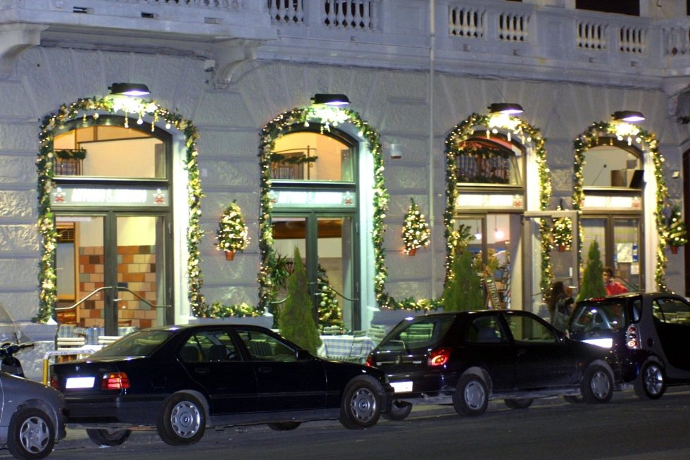 Allestimento esterno con addobbi natalizi, Ristorante Antonio & Antonio