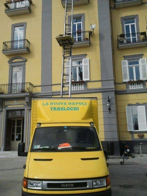 camion LA NUOVA TRASLOCHI davanti a un condominio