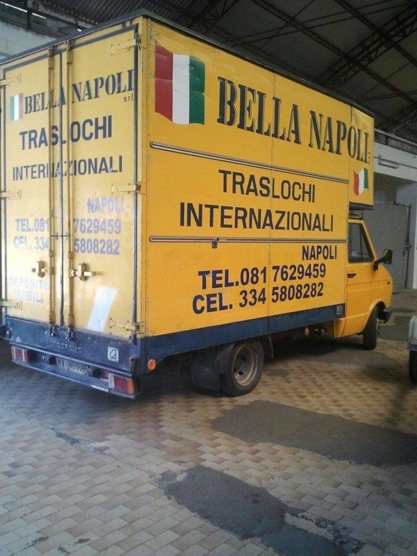 furgone traslochi con insegna BELLA NAPOLI TRASLOCHI INTERNAZIONALI