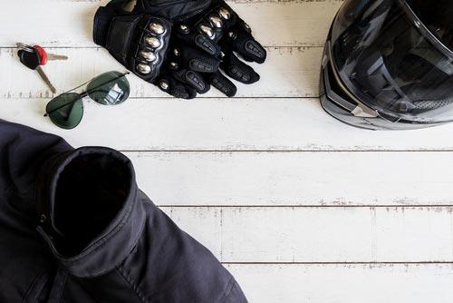 giacca, elmetto, guanti e chiavi sul tavolo