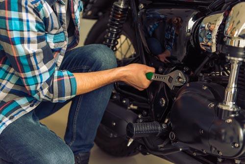 meccanico mentre lavora su motocicletta
