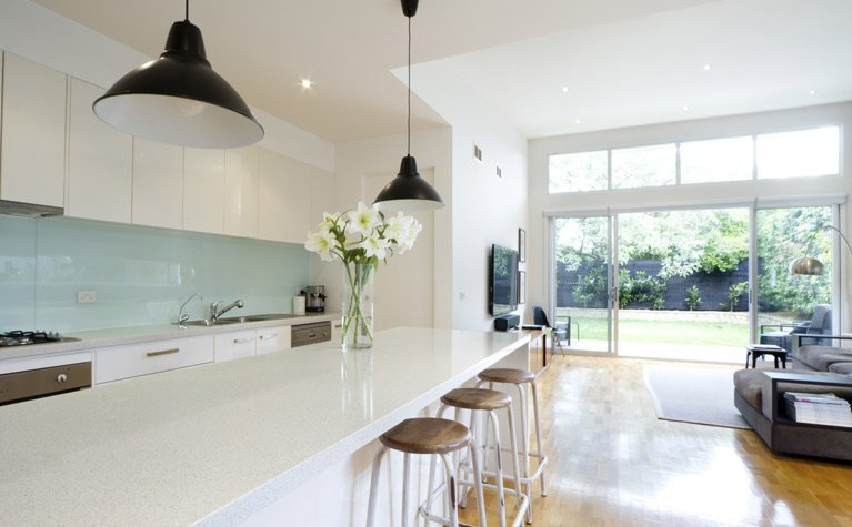 kitchen doors and glass splashback