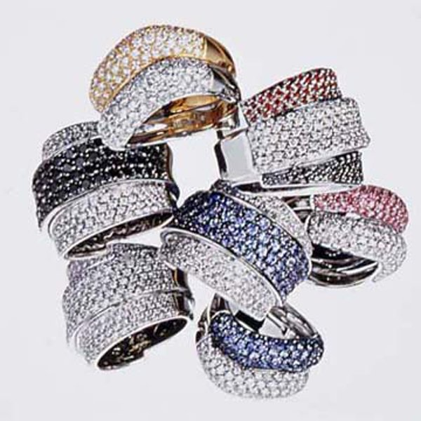 anelli con diamanti di vari colori
