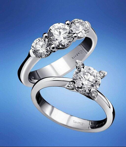due anelli con vari diamanti