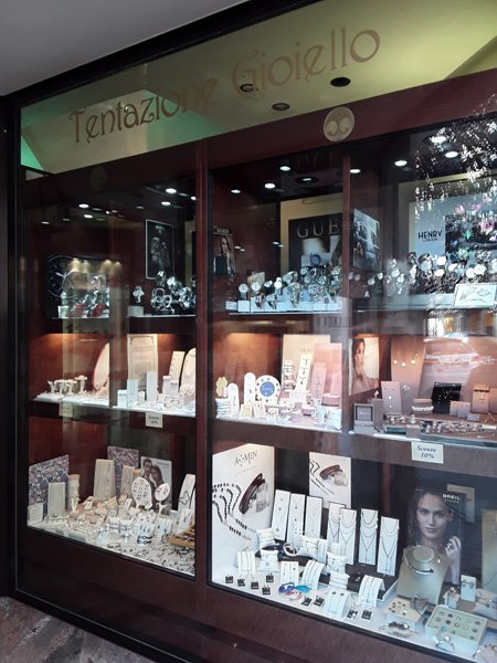 esposizione di gioielli vari