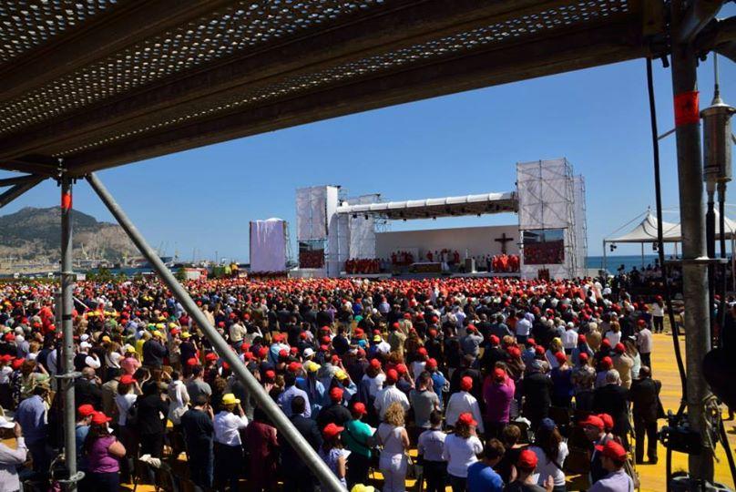 folla che assiste alla beatificazione del papa