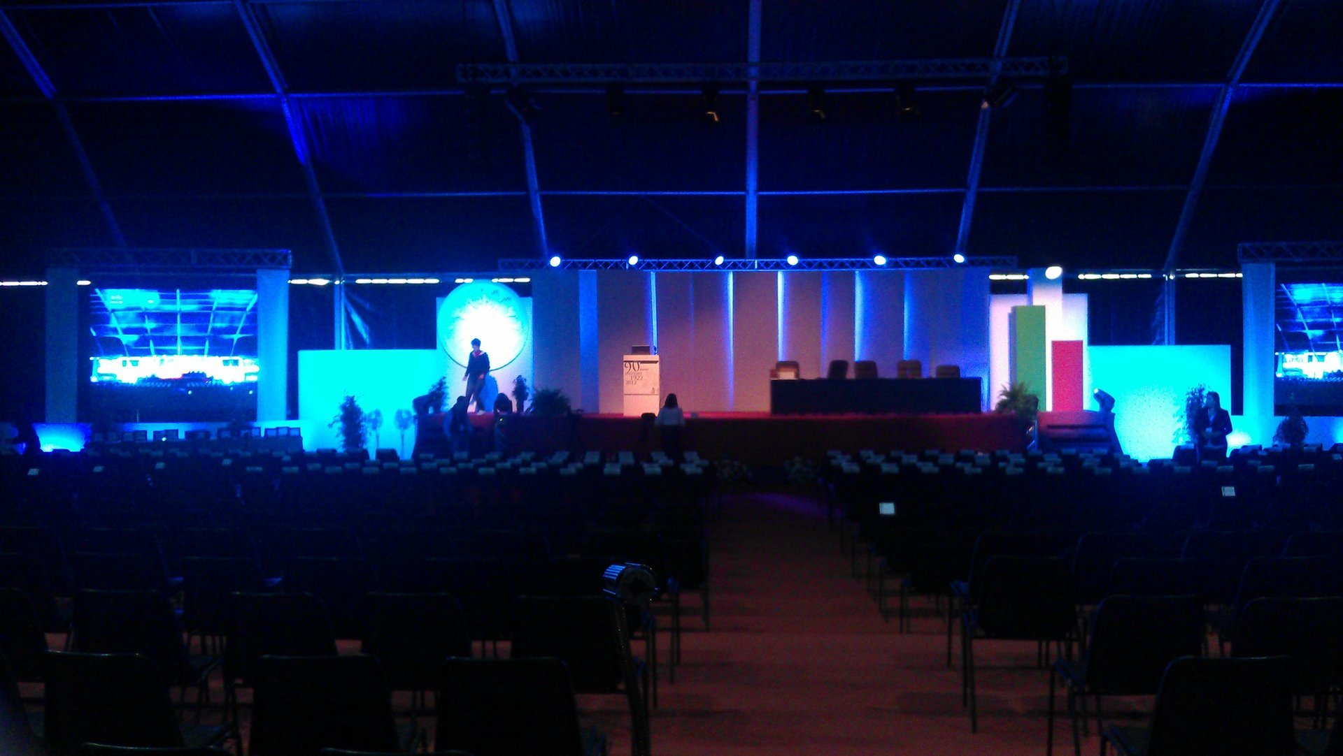 sala meeting con palco illuminato
