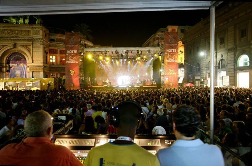 vista da lontano del concerto con tutta la folla nel mezzo