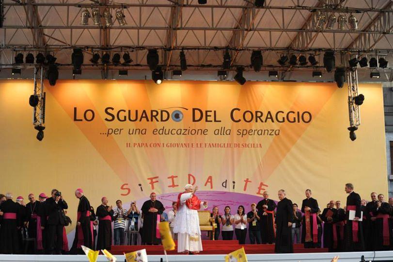 papa benedetto che saluta la folla