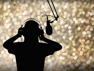 Sagoma di un ragazzo di fronte a un microfono con le cuffie
