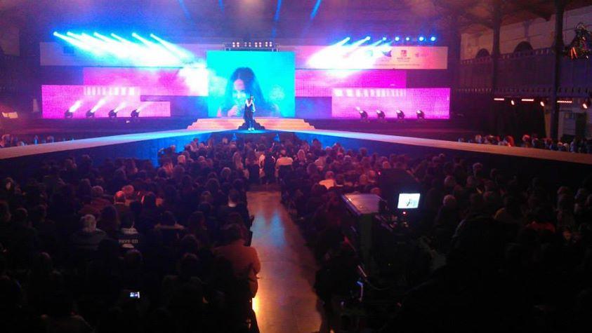 cantante centro palco e 2 passerelle diagonali, con utto il pubblico davanti