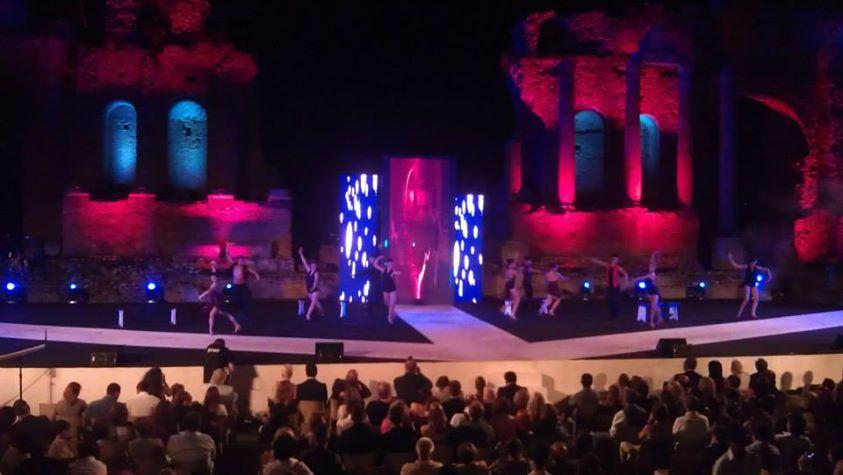 danzatrici sul palco con luci rosa