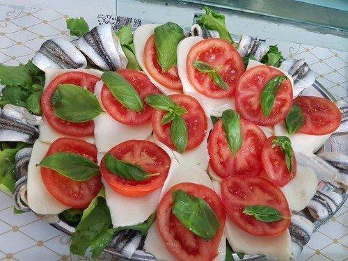 Caprese di mozzarella, pomodori e basilico