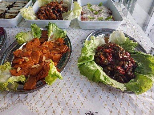 Peperoni e zucca su foglie di lattuga