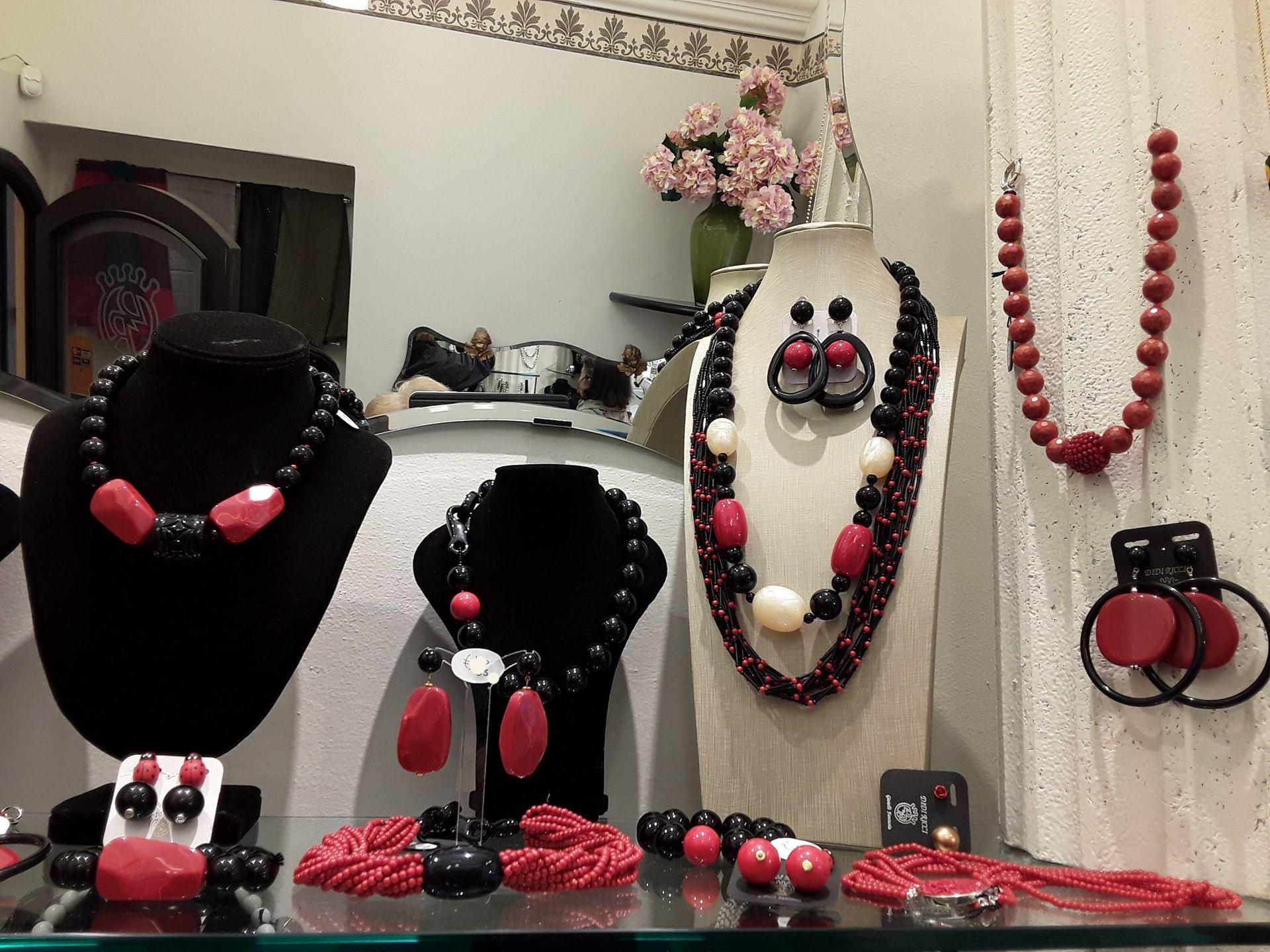 Collane e orecchini rossi e neri