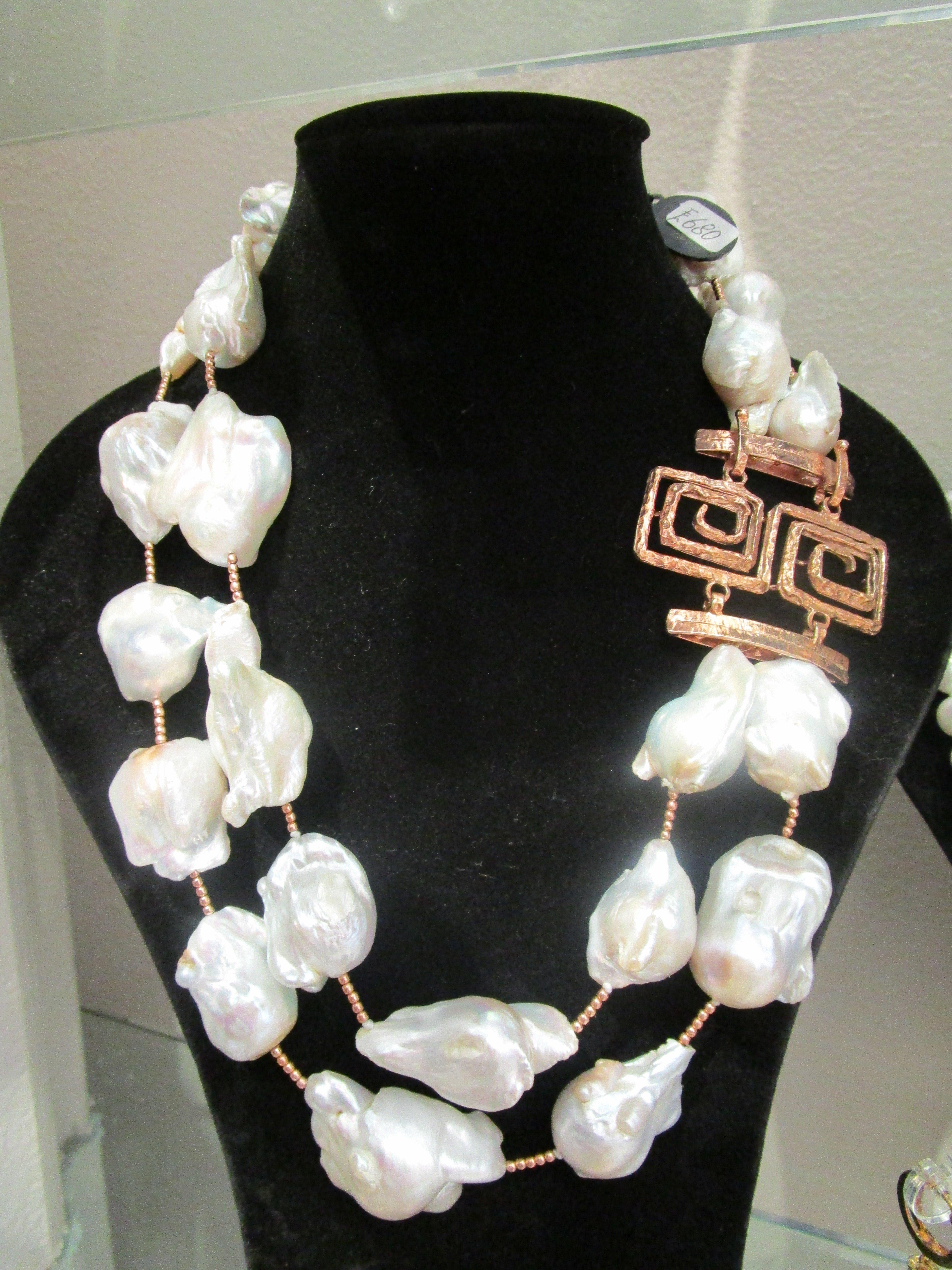 collana bianca su busto nero