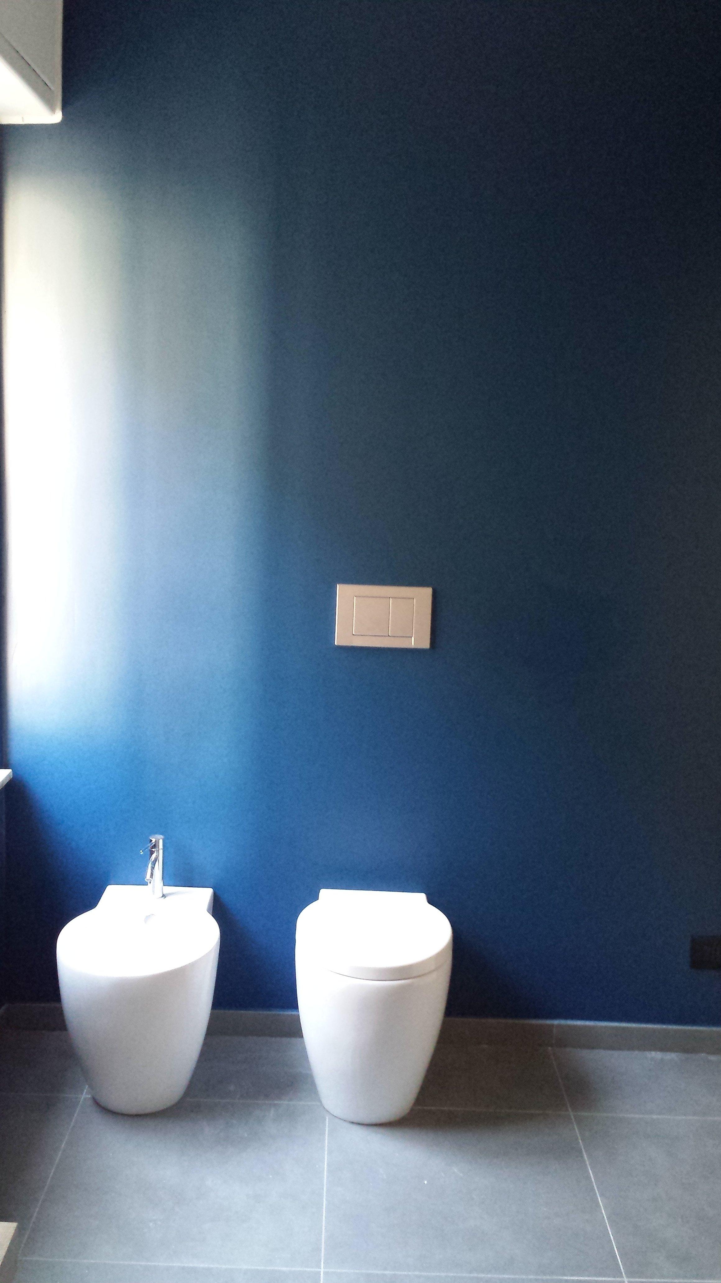 WC e bidet su parete blu