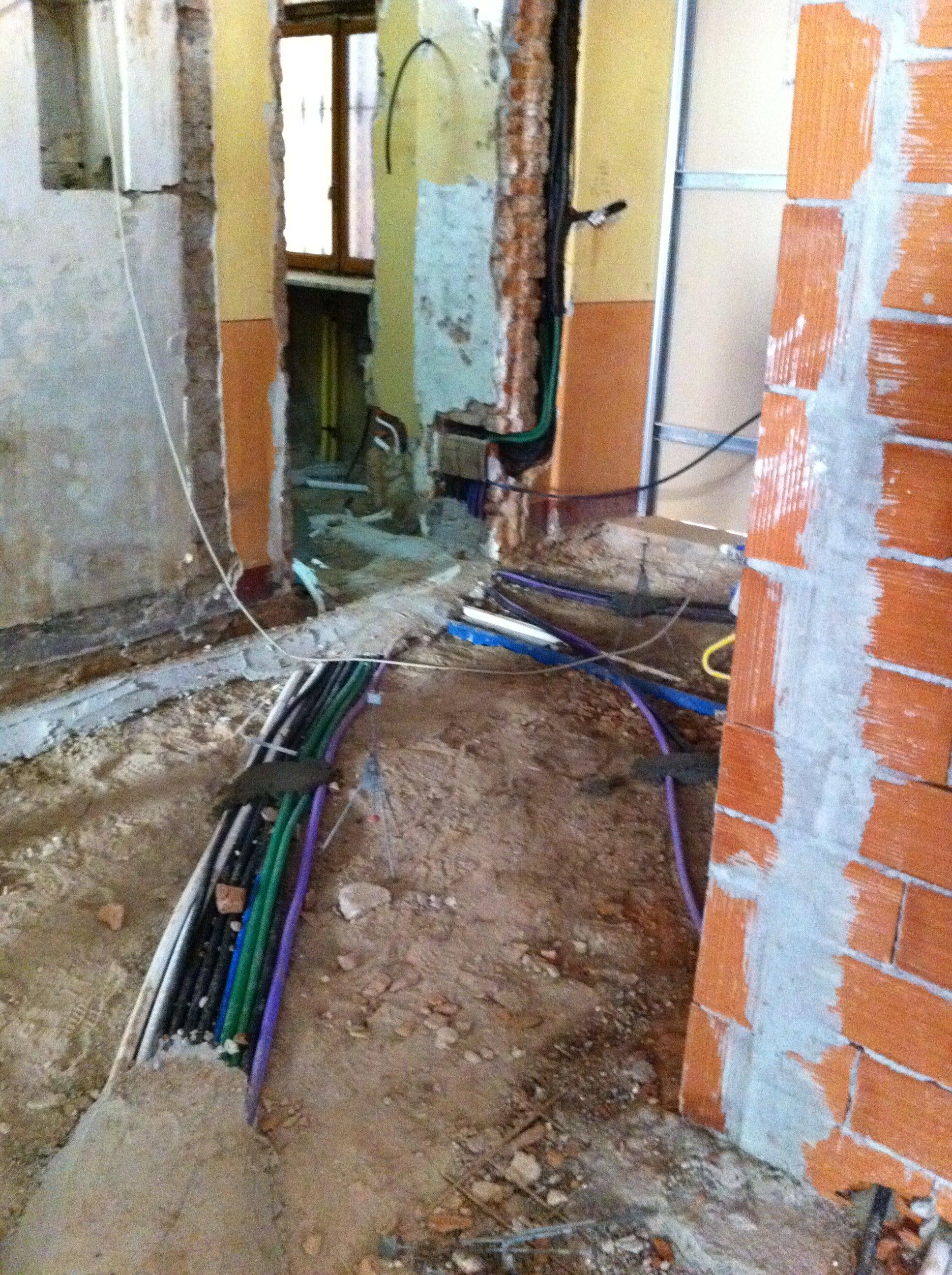 Tubi elettrici e idraulici su un pavimento in fase di messa  in posa
