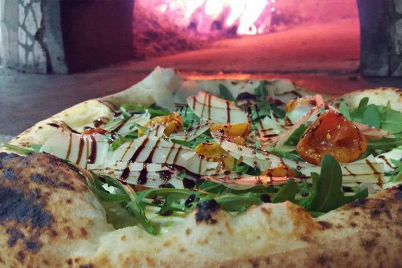 pizza con scaglie di parmigiano