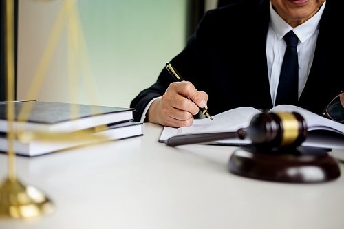 avvocato che scrive su un quaderno
