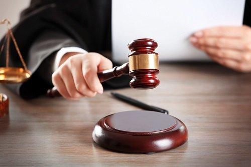 avvocato che batte martelletto