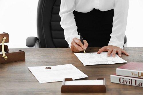avvocato che firma un documento
