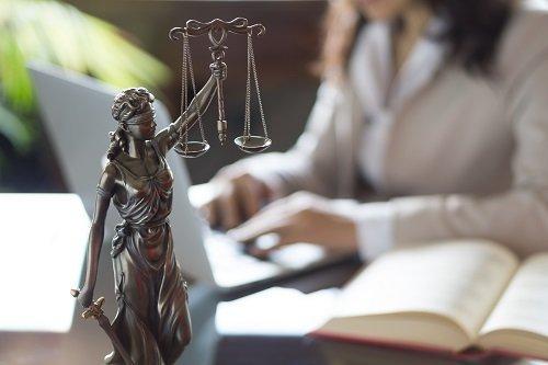 statuetta della dea della giustizia
