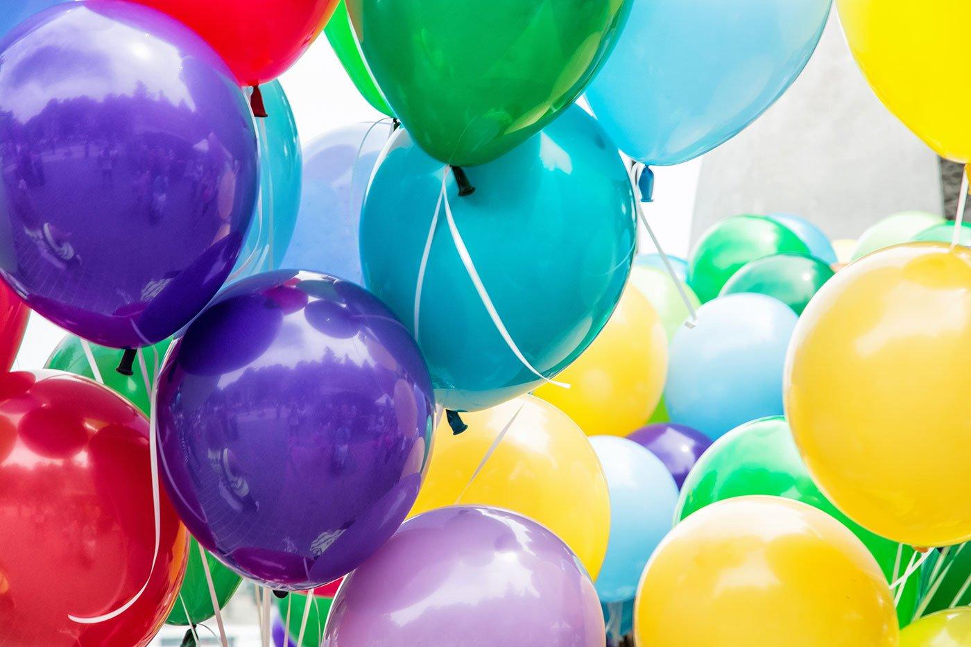 Un insieme di palloncini di vari colori