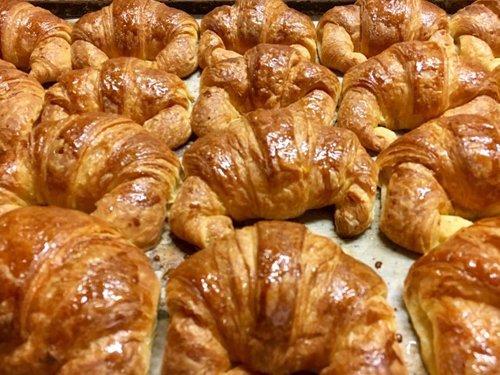 Immagine frontale di croissant su un tavolo