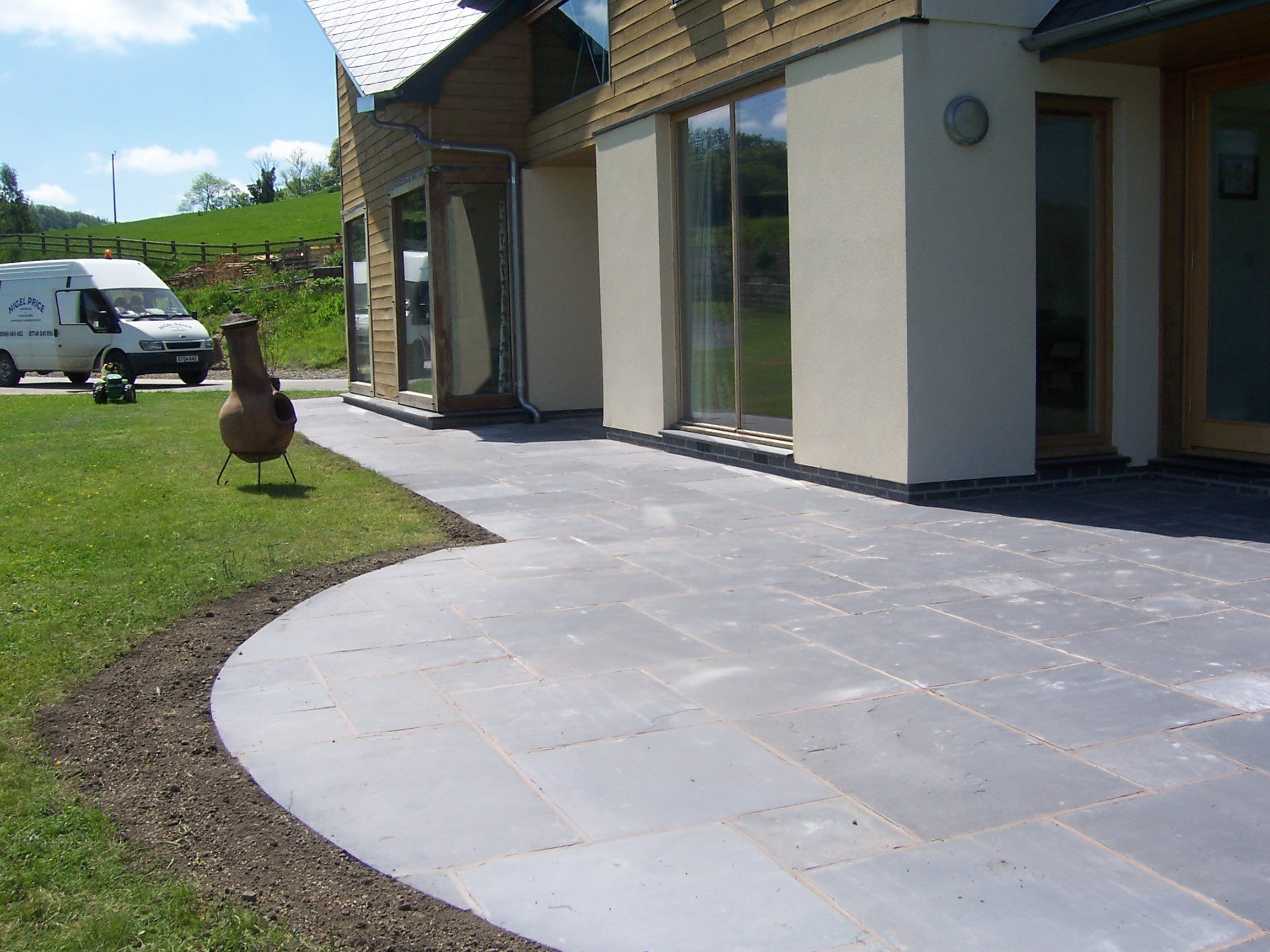 Domestic flagstone paving