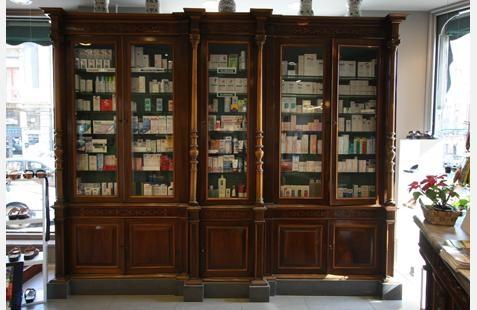Mobile vetrina in legno con dentro dei farmaci