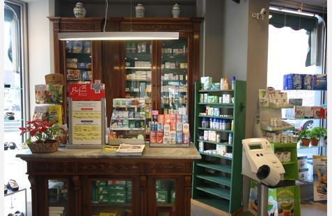 dei prodotti in esposizione in una farmacia