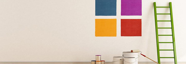 muro verniciato di bianco con quattro quadrati colorati