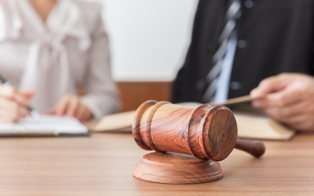 testimonianza legale con martello giudice in primo piano