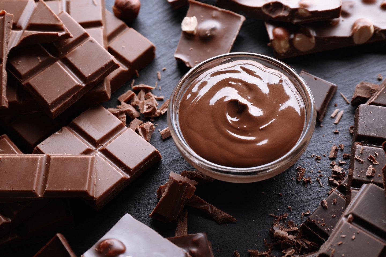 ciotola con cioccolato fuso e barrette di cioccolato