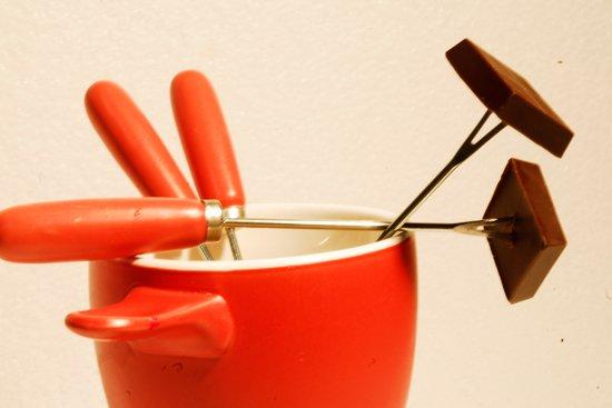 pezzi di cioccolato in una tazza arancione