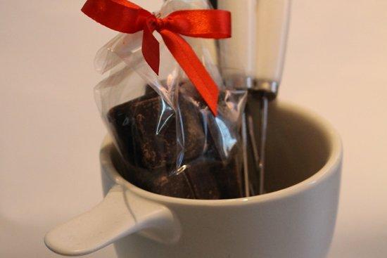 regalo di cioccolato in una tazza