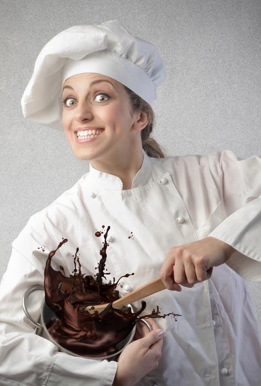 pasticcere mentre mescola una pentola piena di cioccolato