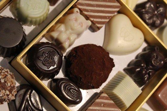 vassoio di praline al cioccolato di diversa forma e gusto