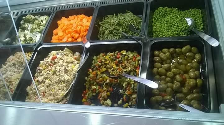 una vetrina di verdure cotte e tagliata di carne